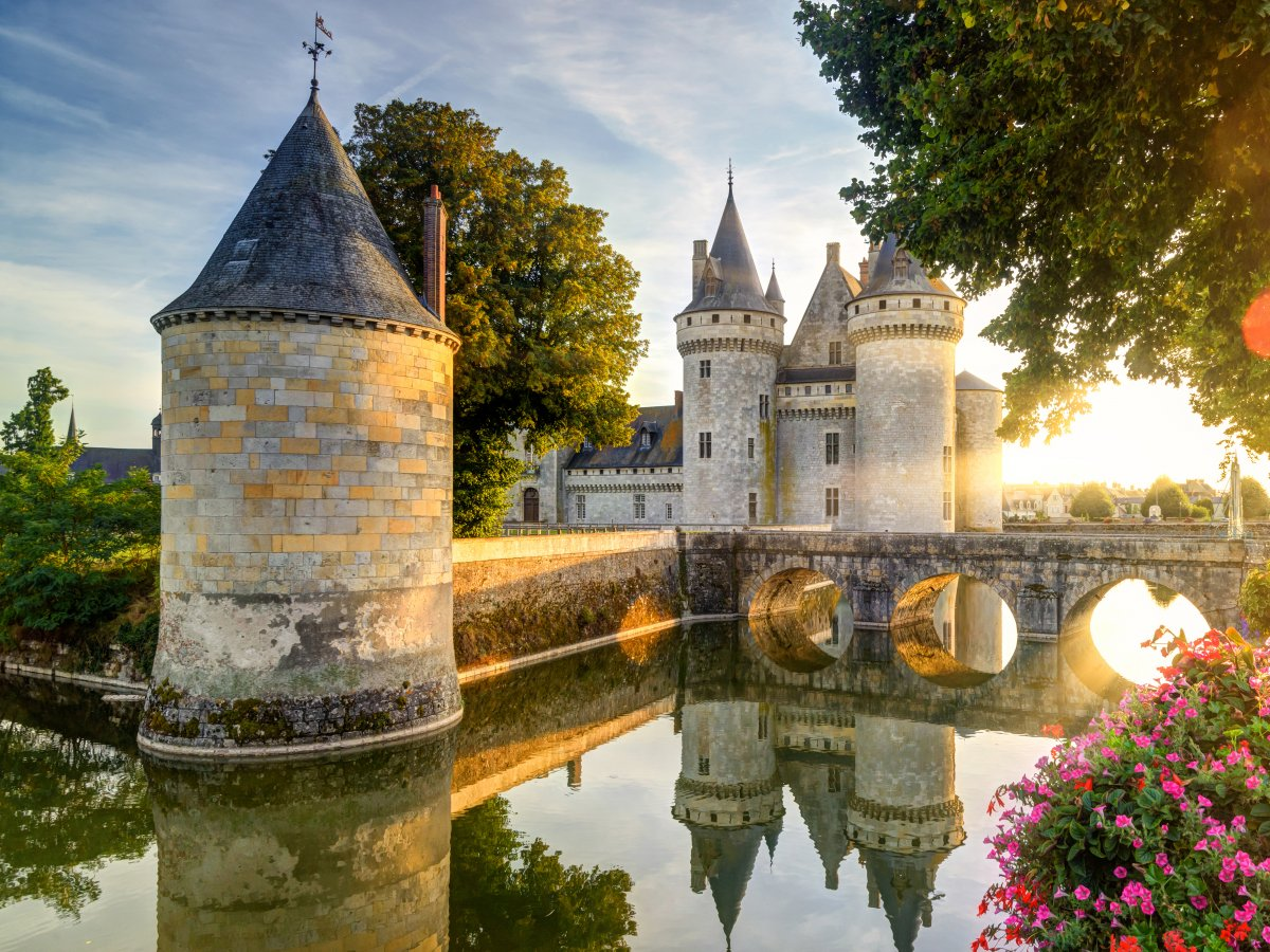 Walk in the footsteps of French royalty at a chateau in the Loire Valley, like Chateau de Sully-sur-Loire. điều du khách nên làm
